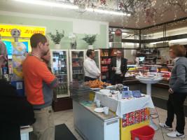 Café und Croissant bei Grüners kleinem Einkaufsmarkt mit Norbert Seidl und Dr. Christoph Maier