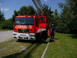 Drehleiter der Freiwilligen Feuerwehr P.-Bahnhof mit Stadtrat Günter Hoiß