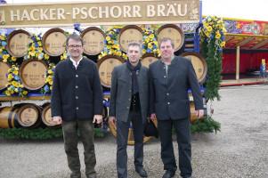 Landrat Thomas Karmasin, Puchheims Bürgermeister Norbert Seidl und Festwirt Jochen Mörz vor dem wunderschönen Festwagen der Hacker-Pschorr-Brauerei