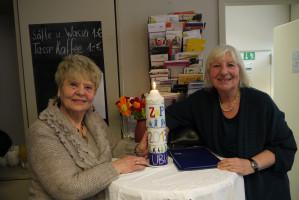 Marianne Biedermann (ZaP-Ehrenamtliche) und Ilona Wiebers (ubp) mit der Lichtmesskerze