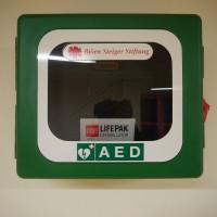 Der neue Automatische externe Defibrillator (AED) in der Schule Süd